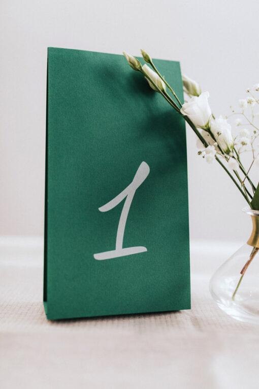 Numer na stół weselny - wzór green drukowany na biało, na zielonym papierze