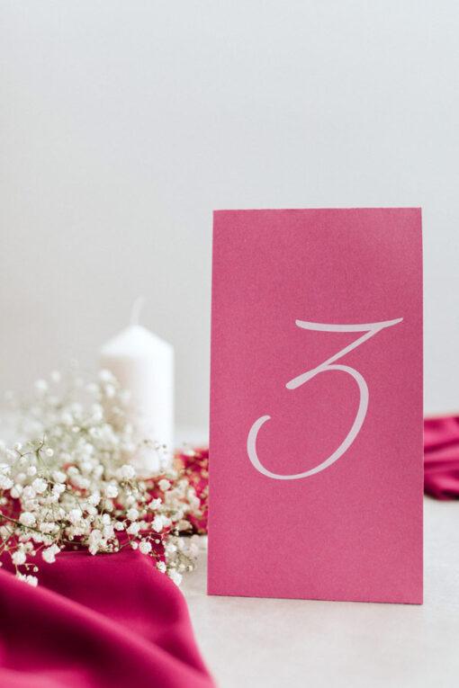 Numer na stół - wzór Fuksja - duży drukowany na biało, do postawienia na stole weselnym
