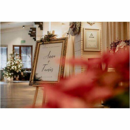 Tablica powitalna na weselu w hotelu