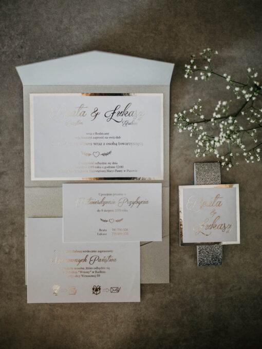 srebrny folder z kieszonką na dodatkowe informacje
