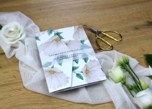 Zaproszenie ślubne z białymi kwiatami