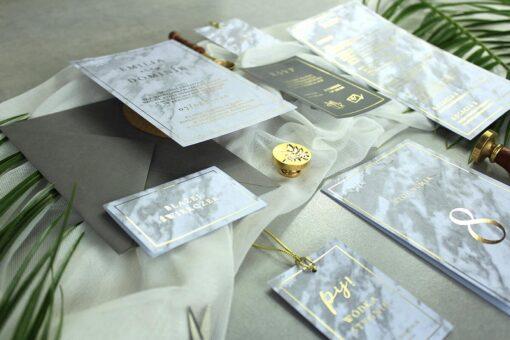 Marmurkowa papeteria ślubna ze złoceniem