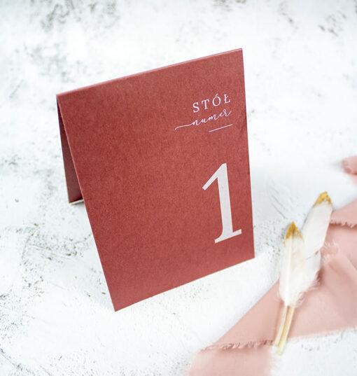 numer na stół w kolorze ciemnego różu z białym drukiem
