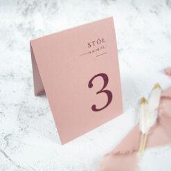 numer stołu w kolorze brudnego różu