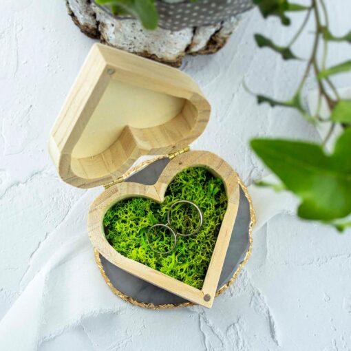 Drewniane pudełko na obrączki o kształcie serca, wypełnione mchem chrobotkiem